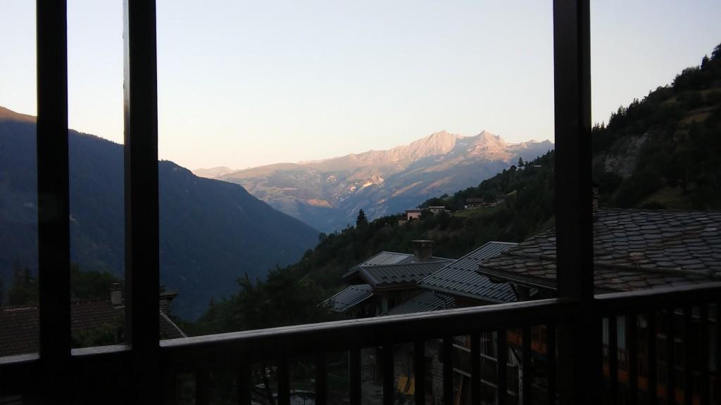 Café sur le balcon en été
