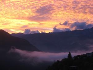 Mer de nuages au coucher du soleil