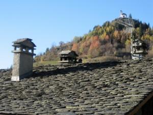 Ancien toit du gîte des Ecombelles couvert de lauzes ou ardoises épaisses.