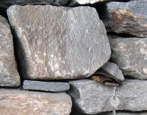Partie du mur des Ecombelles fait de blocs de grès.
