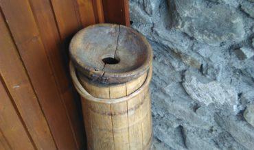 Un tonneau percé à la porte d'entrée du gîte?
